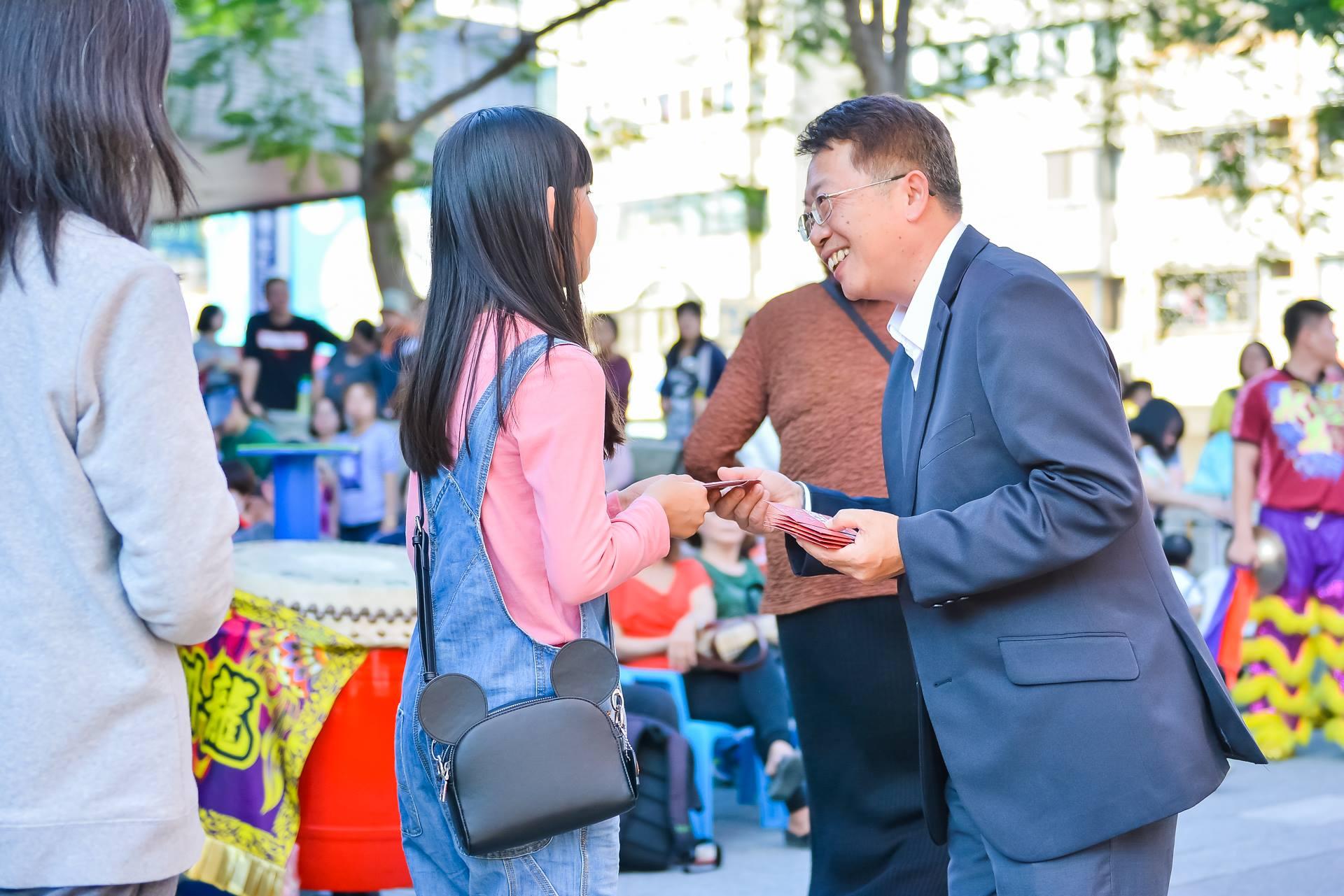 大墩文化中心陳主任文進發放紅包,讓民眾在新年就有好彩頭。_FileDescript