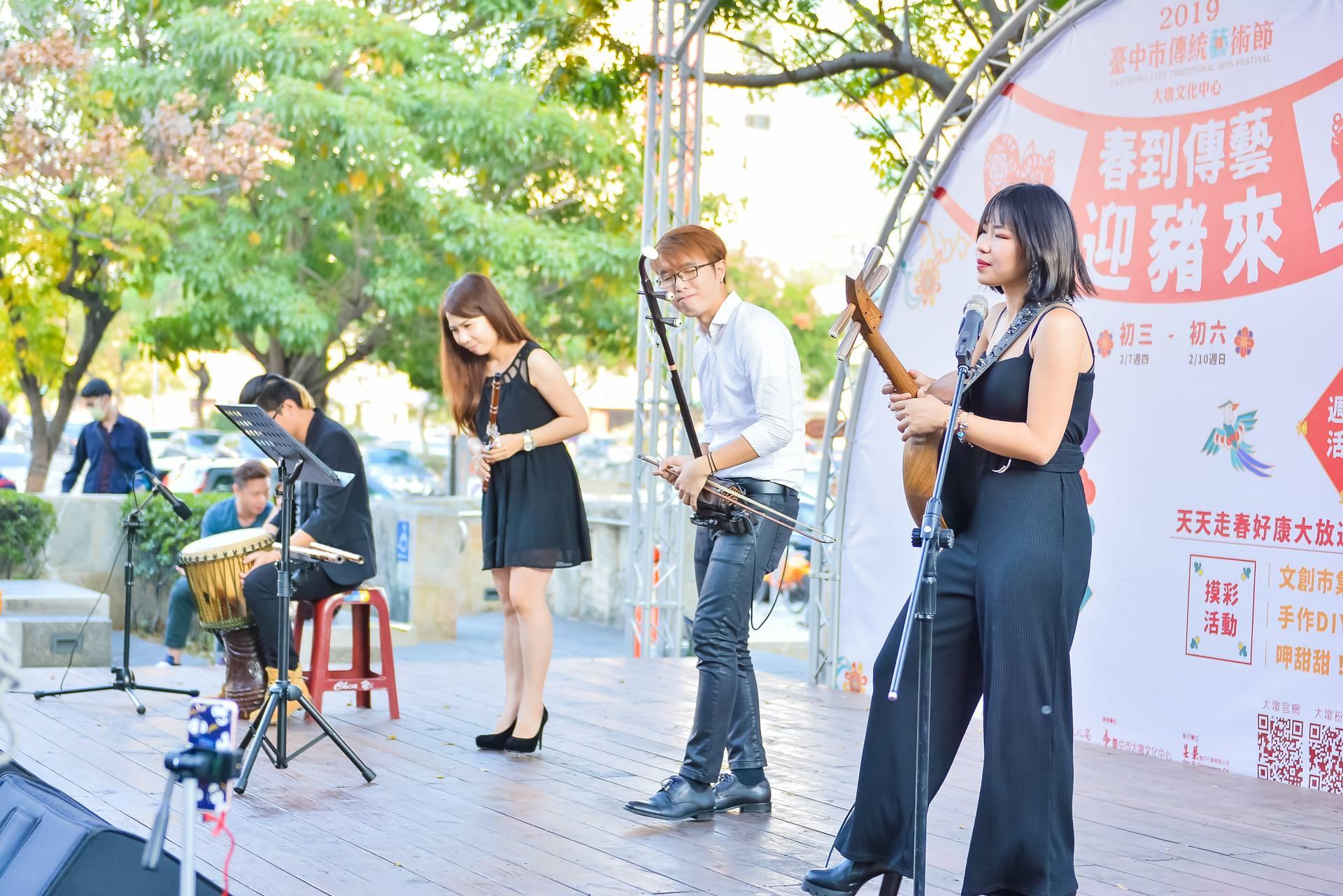 「極器樂團」為現場民眾帶來多首經典名曲。_FileDescript