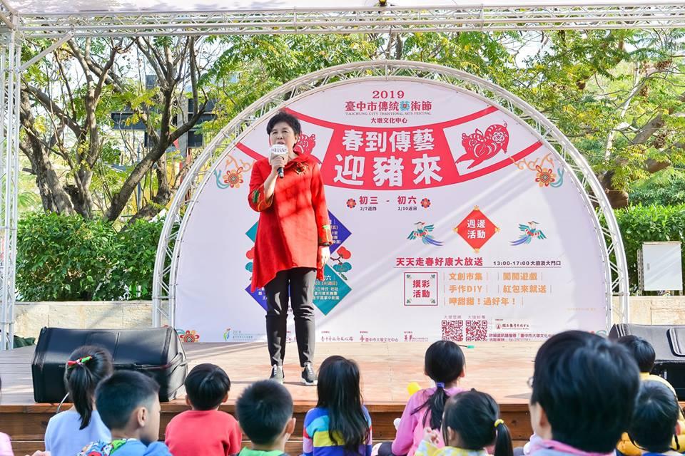 大墩文化中心陳秘書富滿歡迎民眾到場參觀表演。