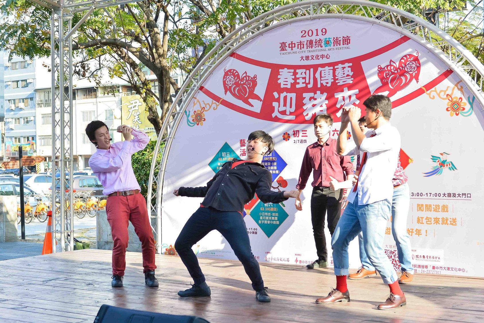 「新生一號劇團」於舞臺上奮力演出。