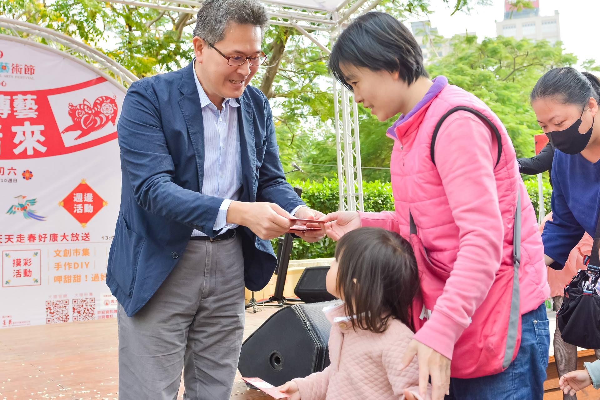 臺中市政府文化局林主任秘書敏棋發放整點紅包