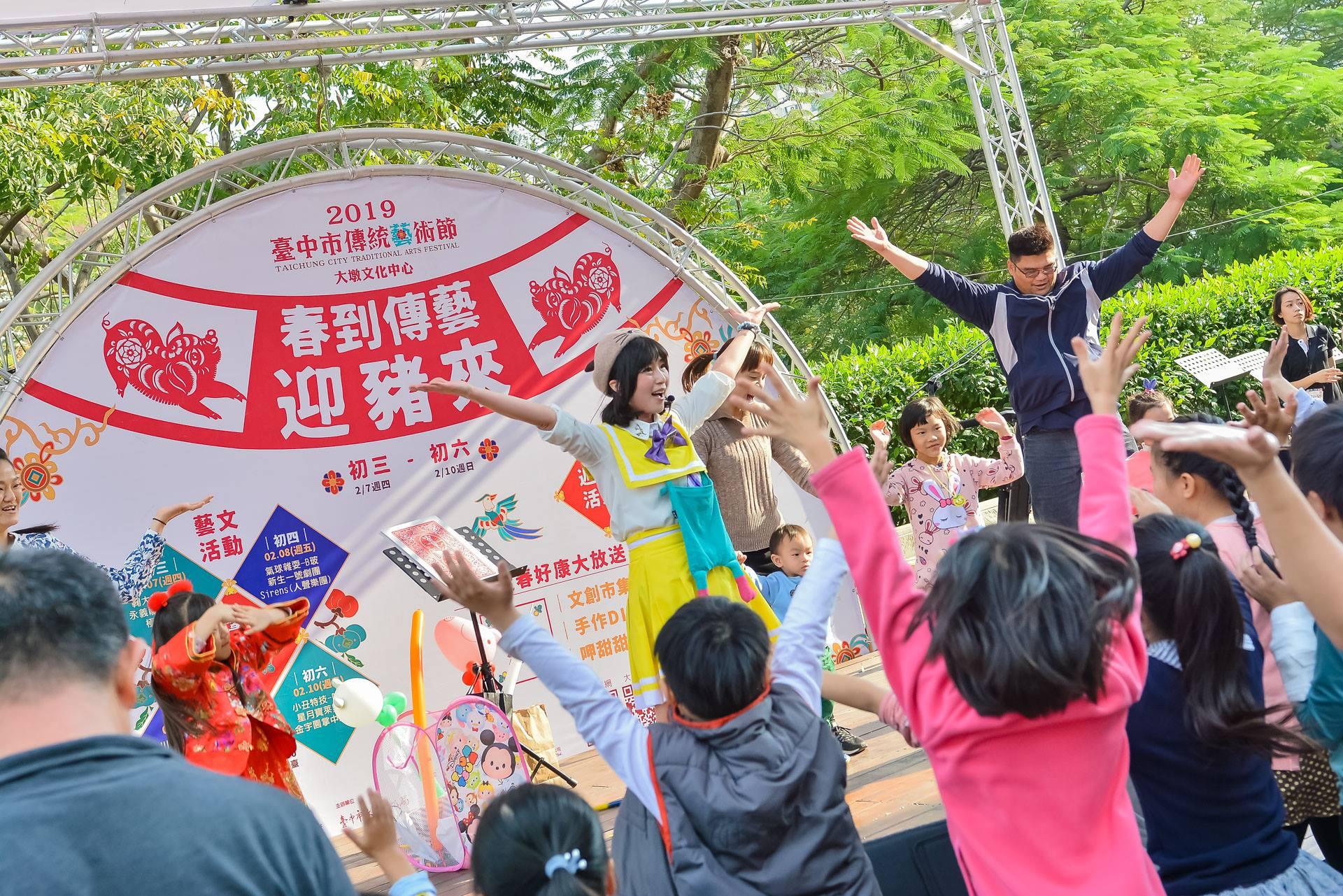 QQ姊姊帶動跳最受現場小朋友歡迎。