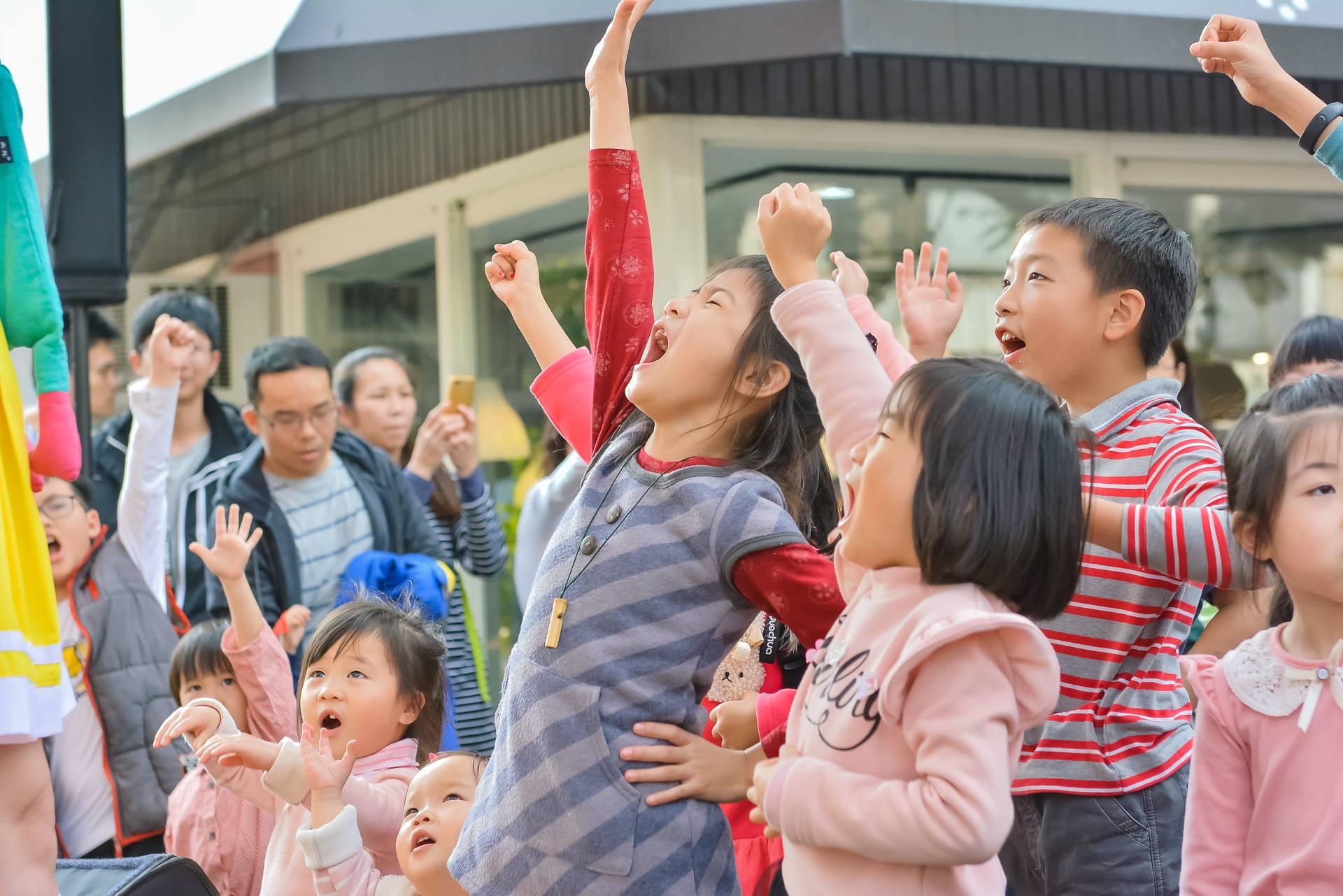 跟隨現場輕快的音樂,小朋友們也舞動得不亦樂乎。