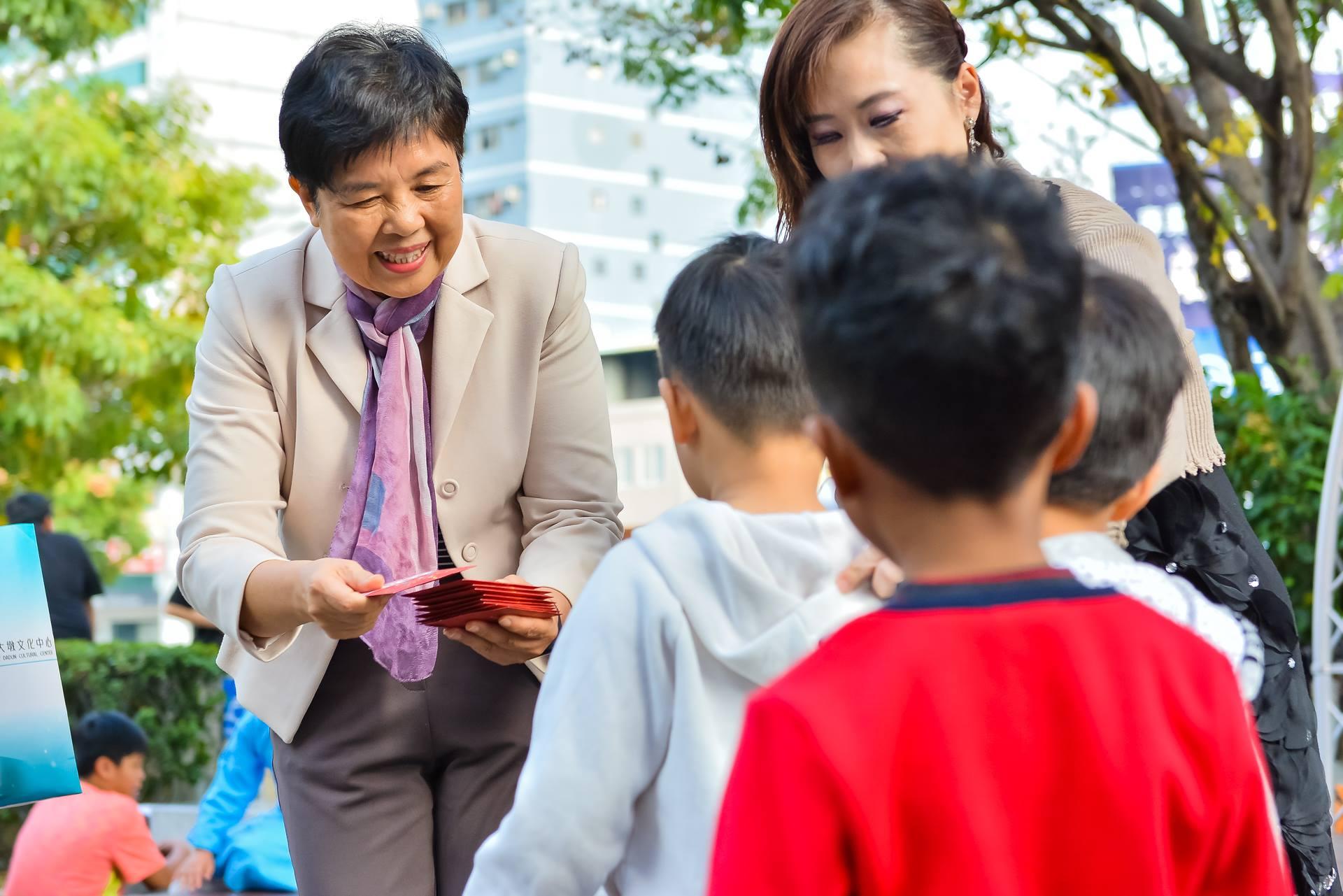 大墩文化中心陳秘書富滿現場發放整點紅包