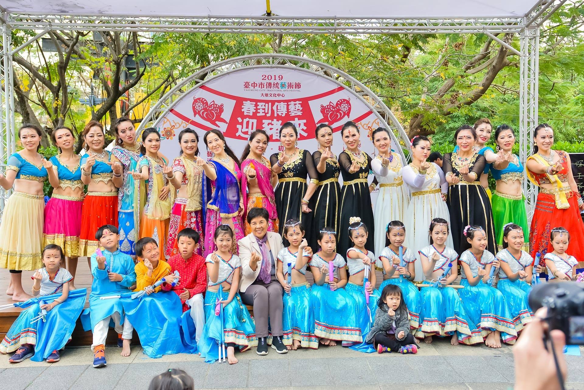 表演結束後,星月寶萊舞團團員與大墩文化中心陳秘書富滿一同合影留念。