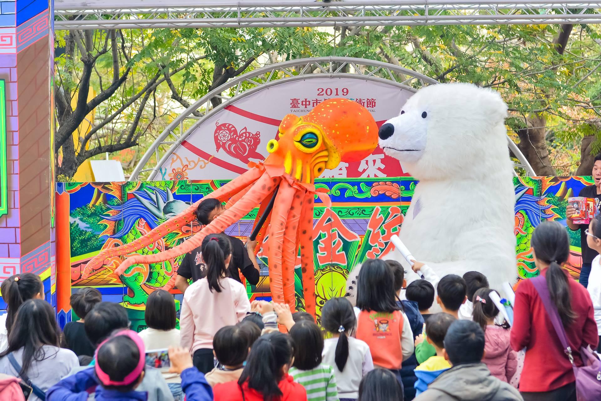 金宇園掌中劇團的大型偶劇,一出場即受到小朋友的歡迎。