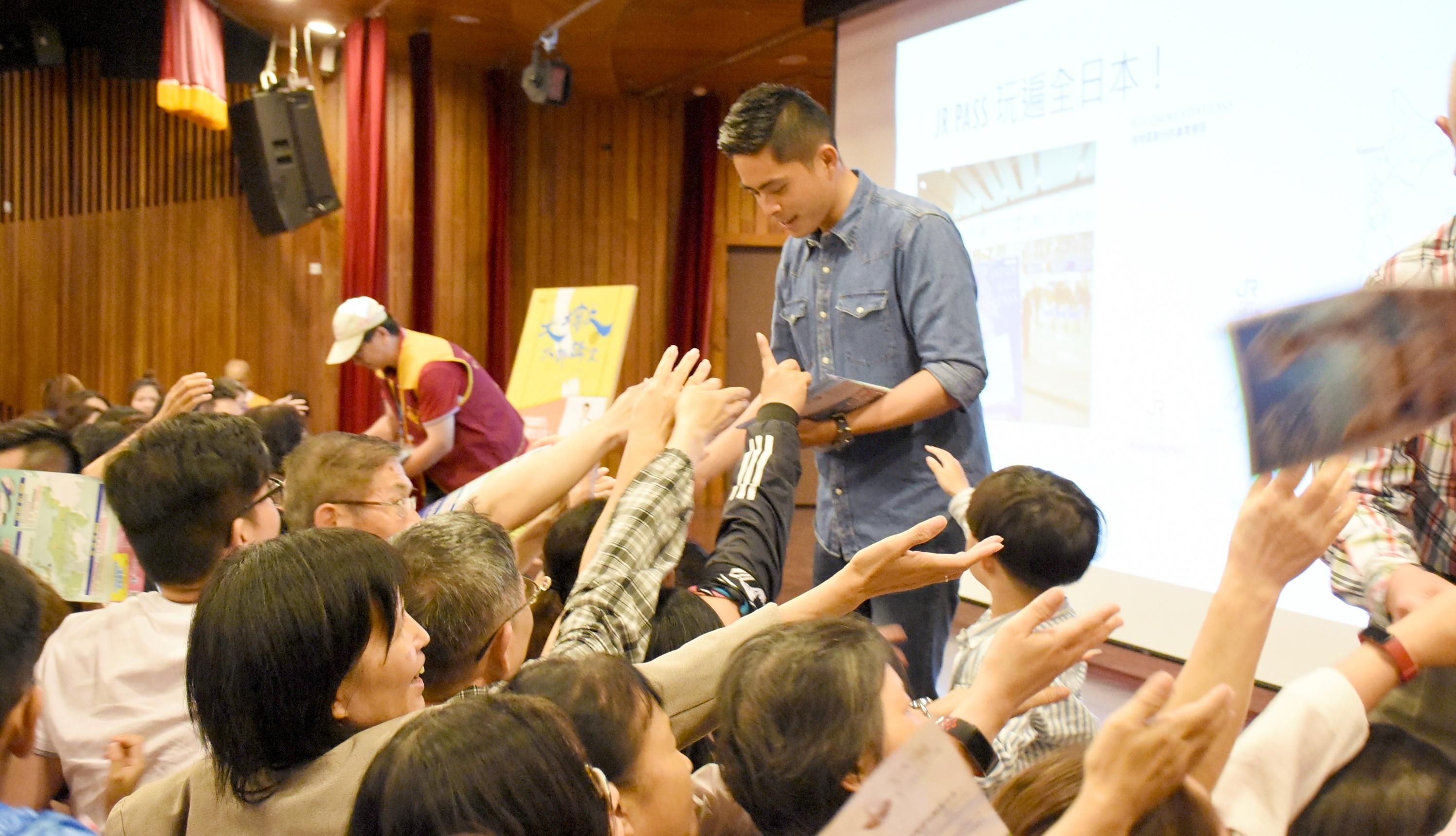 演講者幫觀眾簽名