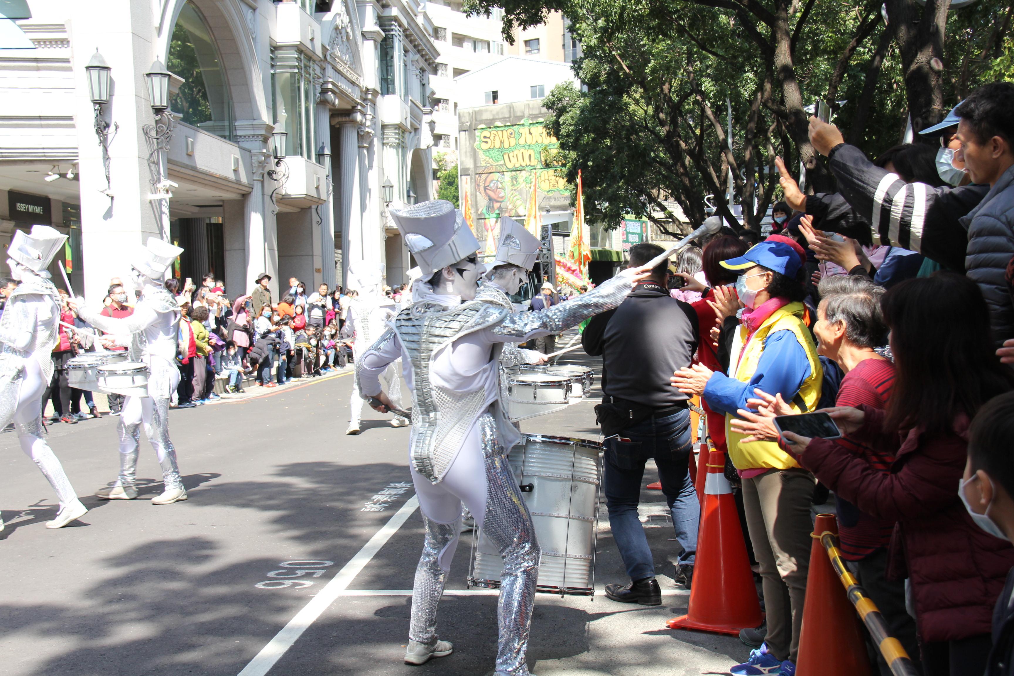 來自英國的SPARK小丑幻鼓秀團隊與民眾互動熱絡